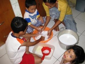 langkah pertama: peras santan & masukkan bahan. Ingat cuci tangan!